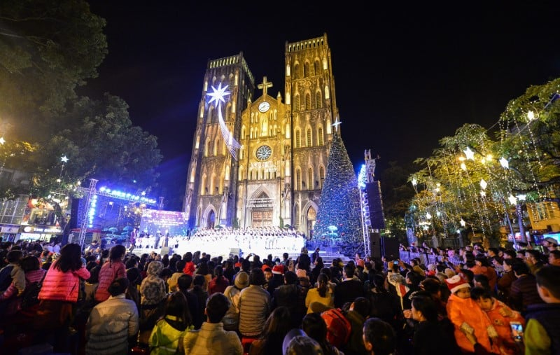 Thousands of Hanoians flocked to the streets and churches to join Christmas Eve celebrations