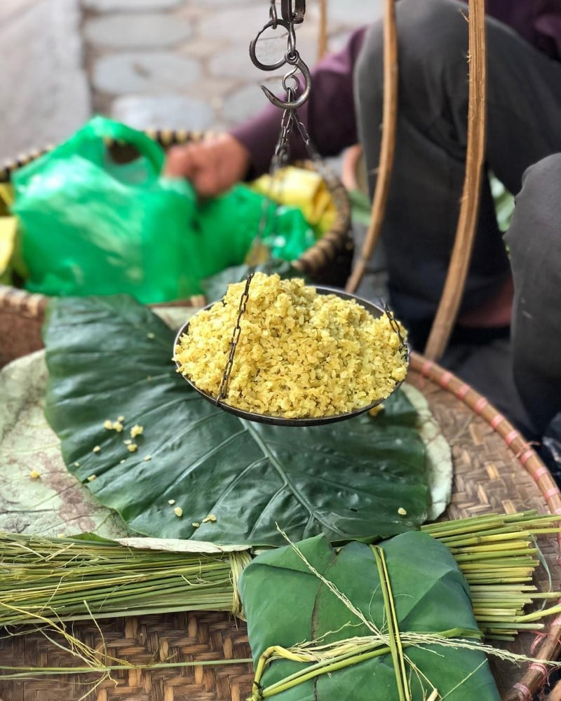 Dried green rice is a signature traditionaldish of Hanoi in autumn, you can eat it with bananas or sweet soup