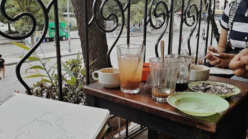 Locals love sittingat Dinh coffee balcony, havingsome drinks andwatchinga part of Hanoi outside.