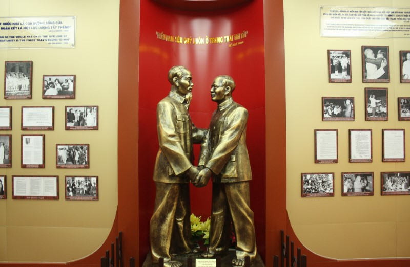 ho chi minh museum statue