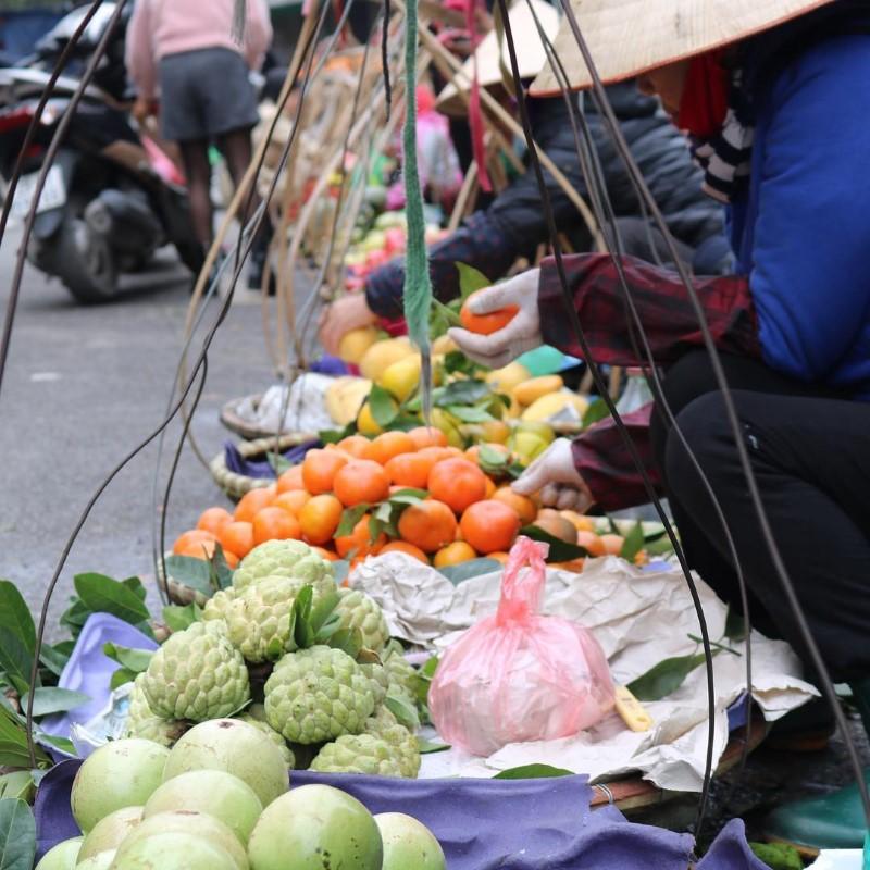 Foodvender in Dong Xuan Market Hanoi