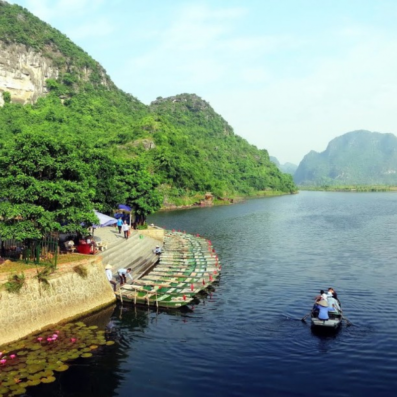 go boat to go sightseeing in Hoang long river